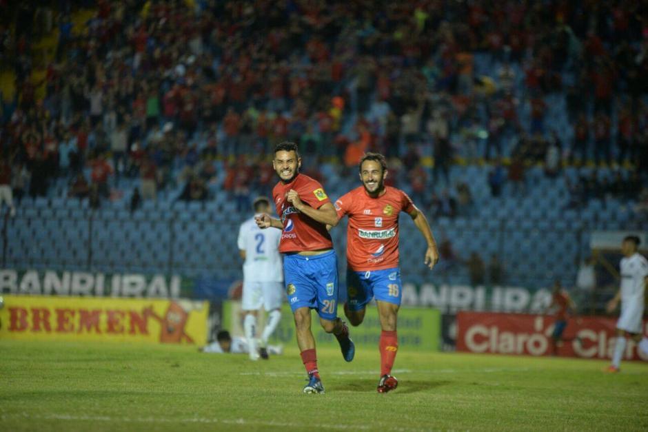 Guerra y Puerari celebran el 1-0 durante el segundo tiempo en el Doroteo Guamuch Flores. (Foto: Wilder López/Soy502)