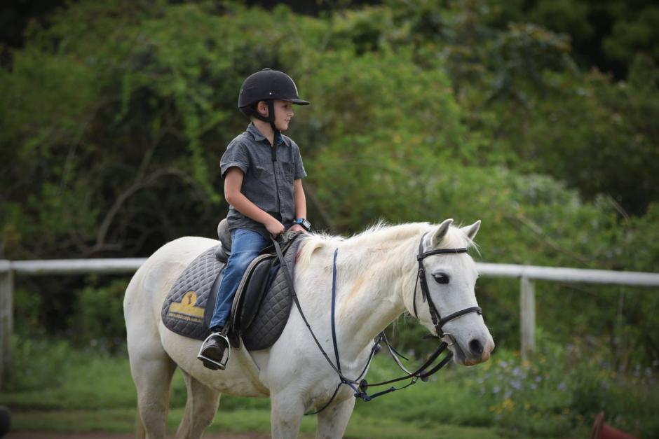 El pequeño practica equitación y desde que tenía cinco años soñaba con su propio equino. (Foto: Juliana Kent)
