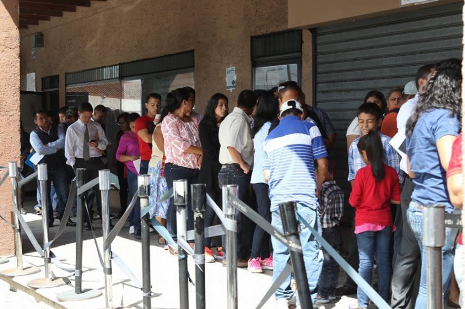 Así se encontraba esta mañana las afueras del lugar para emitir pasaportes en la 6ª. Avenida 1-27, zona 4. (Foto: Alejandro Balán/Soy502)