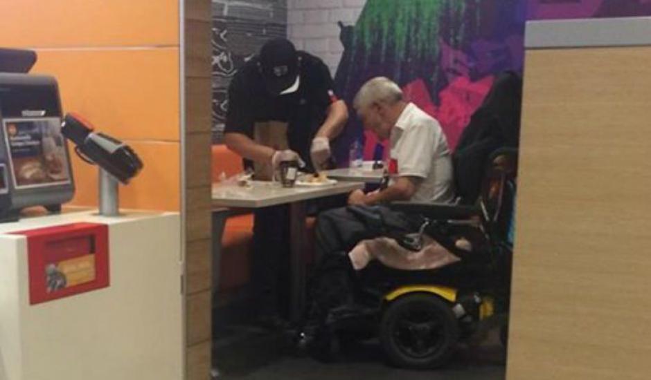 El estadounidense de origen latino recibió un reconocimiento por ayudar a un hombre en silla de ruedas a comer dentro de un restaurante