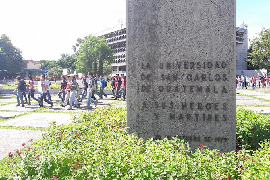 Seis facultades se reunión para exigir nuevas autoridades frente a la AEU. (Foto: Javier Lainfiesta/Soy502)