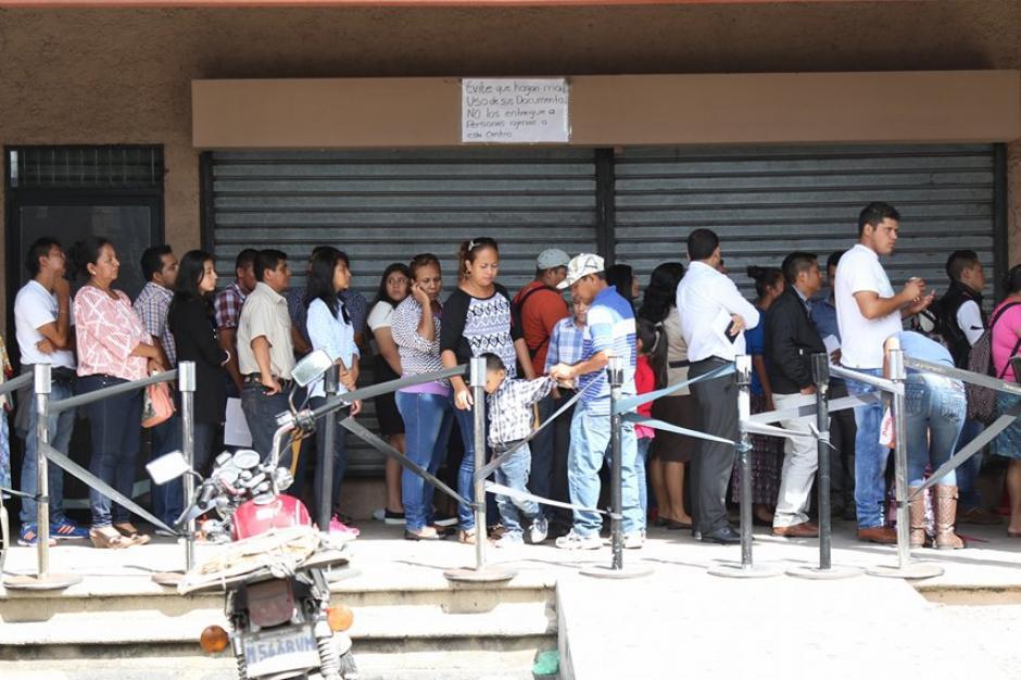 Hoy se les está dando prioridad a las 1200 personas que no lograron realizar ayer el trámite. (Foto: Alejandro Balán/Soy502)
