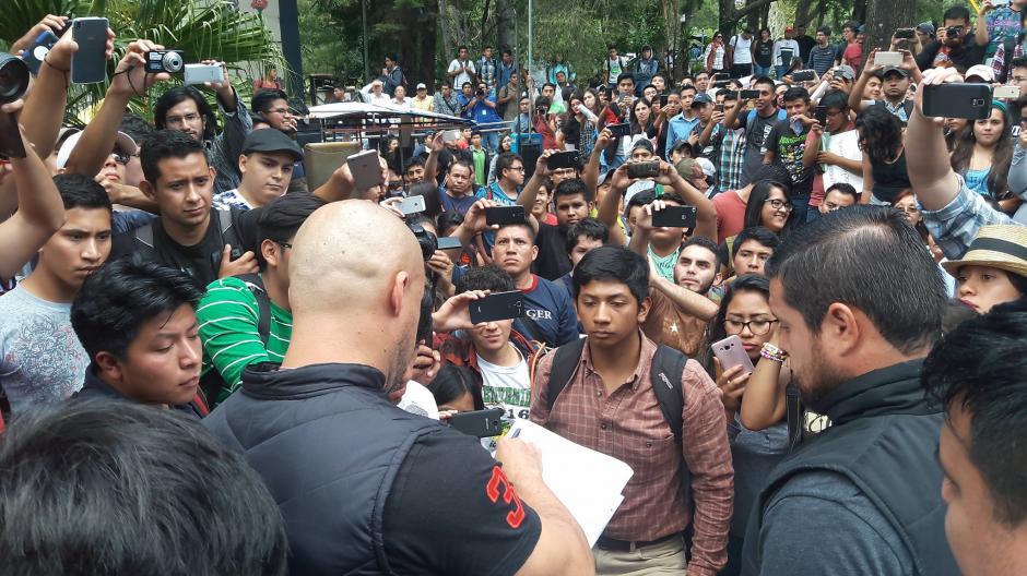 El actual dirigente de la AEU, Guillermo Prera, firmó de recibido el documento. (Foto: Javier Lainfiesta/Soy502)