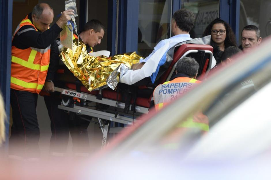 Una de las víctimas del mortal accidente ocurrido en Francia es trasladado en una camilla hacia un Centro Asistencial. (Foto: AFP)