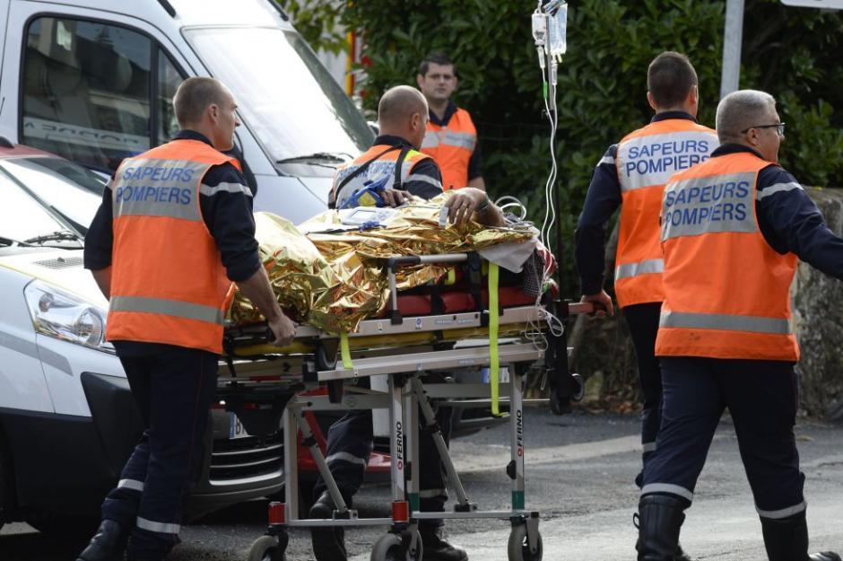 Un herido tras el accidente ocurrido entre un autobús y un camión que transportaba madera es trasladado hacia un hospital. (Foto: AFP)