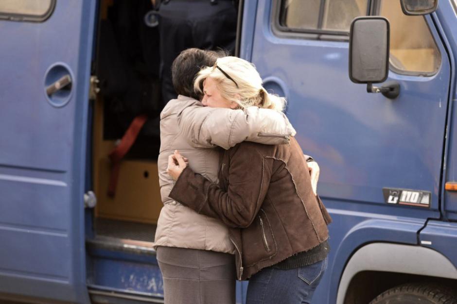 Los familiares de las víctimas del mortal accidente ocurrido entre un autobús y un camión que transportaba madera. (Foto: AFP)