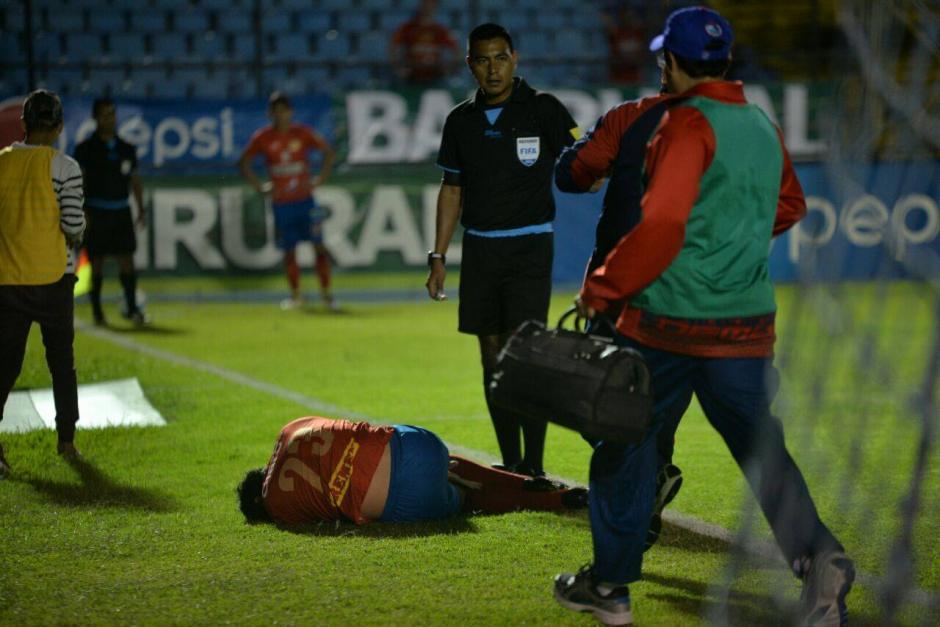 Carlos Kamiani sufrió una lesión en el tobillo derecho y tuvo que salir de cambio en el primer tiempo del clásico 295. (Foto: Wilder López/Soy502)