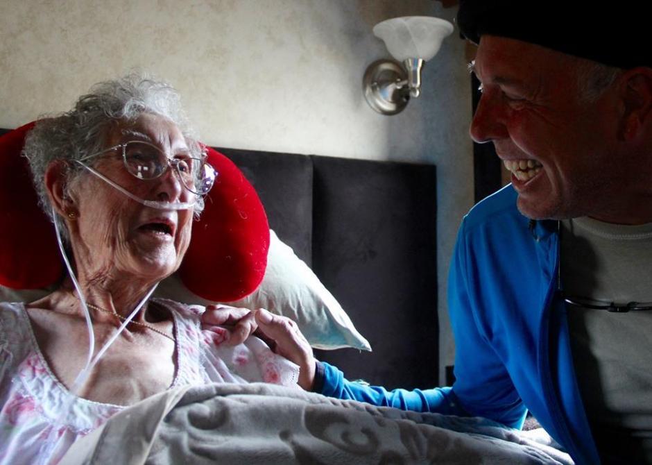 Norma Jean Bauerschmidt junto a su hijo en sus últimos días de vida. (Foto: Driving Miss Norma/Facebook)