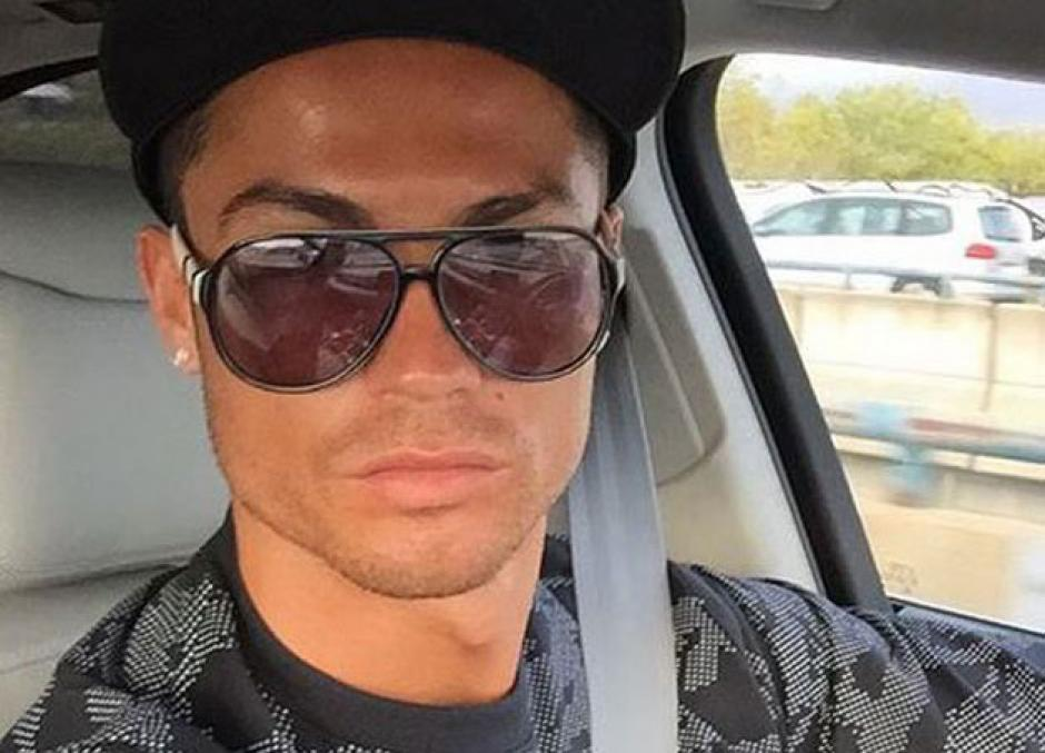 Cristiano Ronaldo tomó una fotografía en la que evidentemente su automóvil se encuentra en marcha