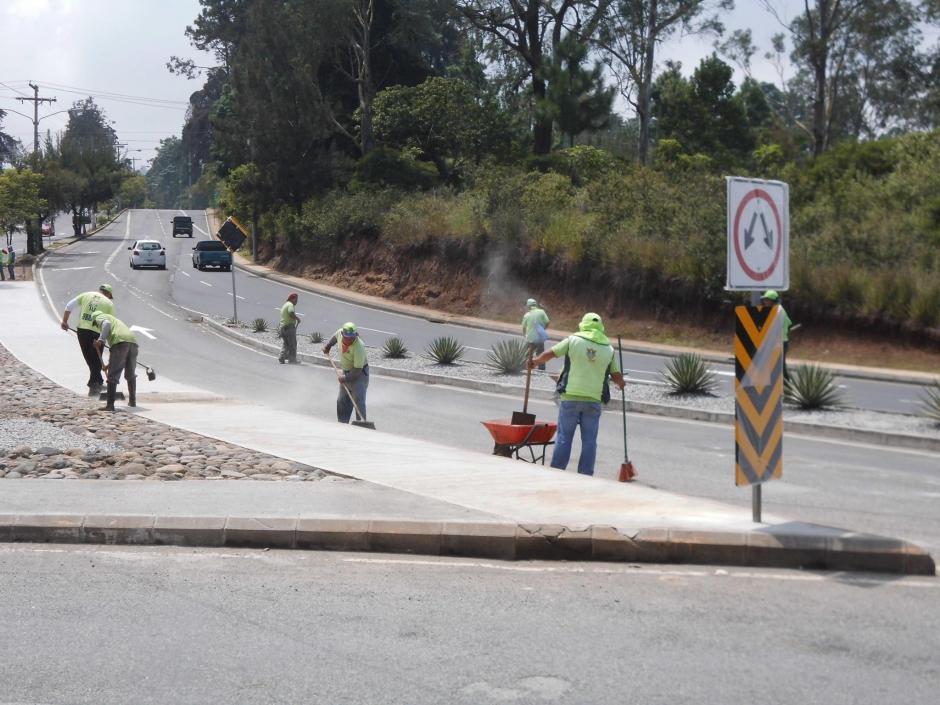 La señalización es uno de los últimos pasos que realizan los trabajadores municipales. (Foto: Álvaro Hugo Rodas)