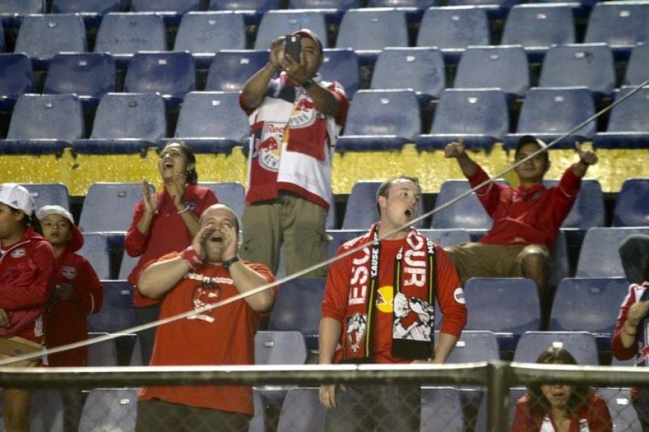 Los aficionados del Redbull viajaron desde Nueva Jersey para seguir a su equipo. (Foto: Luis Barrios/Soy502)