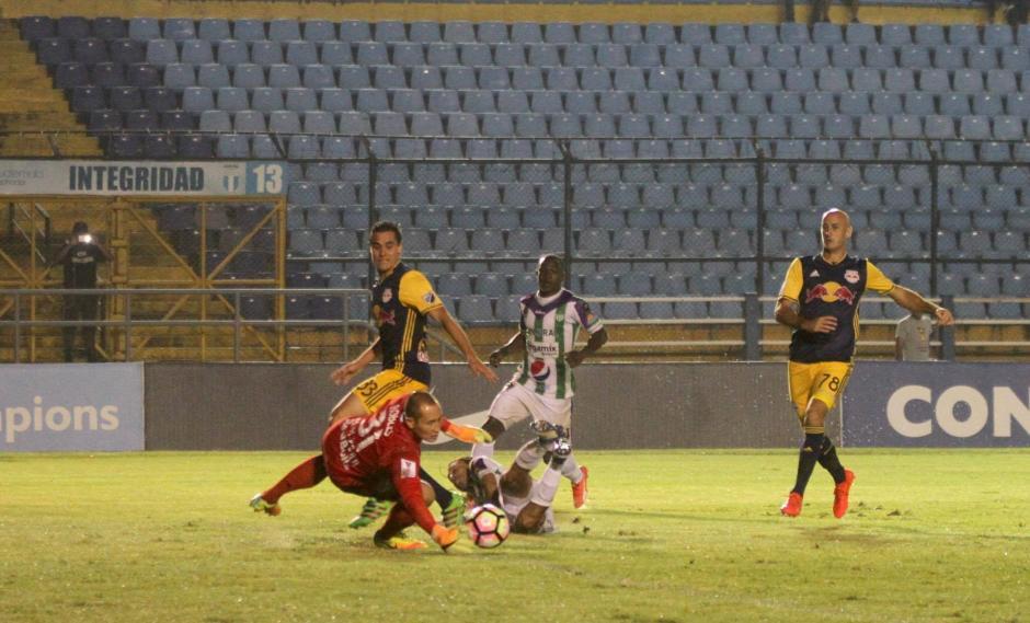 El portero de RedBull detuvo el intento de Agustín Herrera.  (Foto: Luis Barrios/Soy502)