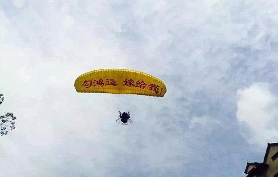 El hombre intentó una espectacular entrada al llegar en paracaídas. (Foto: excelsior.com.mx)