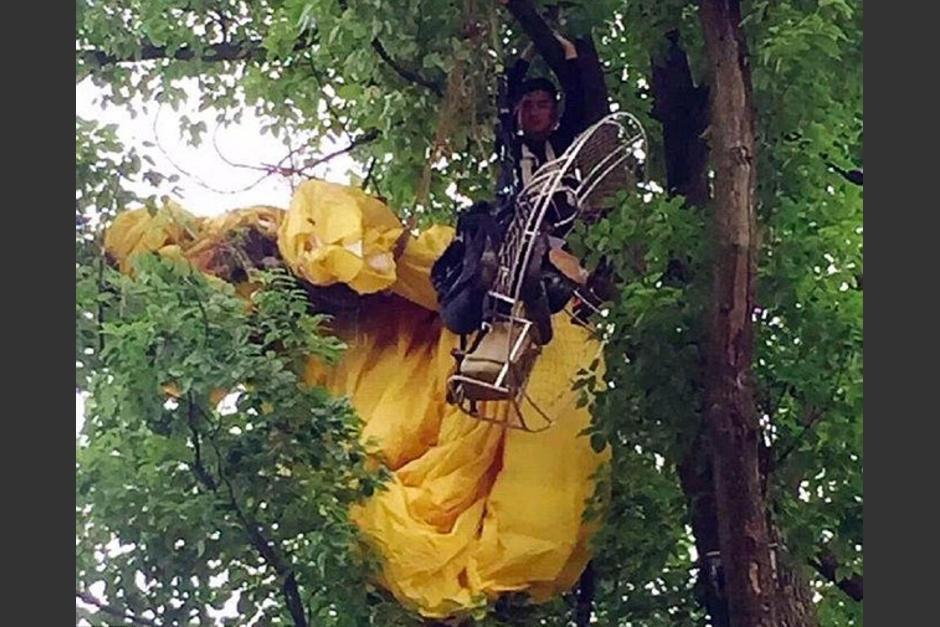 Un hombre en China se quedó trabado en un árbol al intentar pedir matrimonio a su novia. (Foto: excelsior.com.mx)