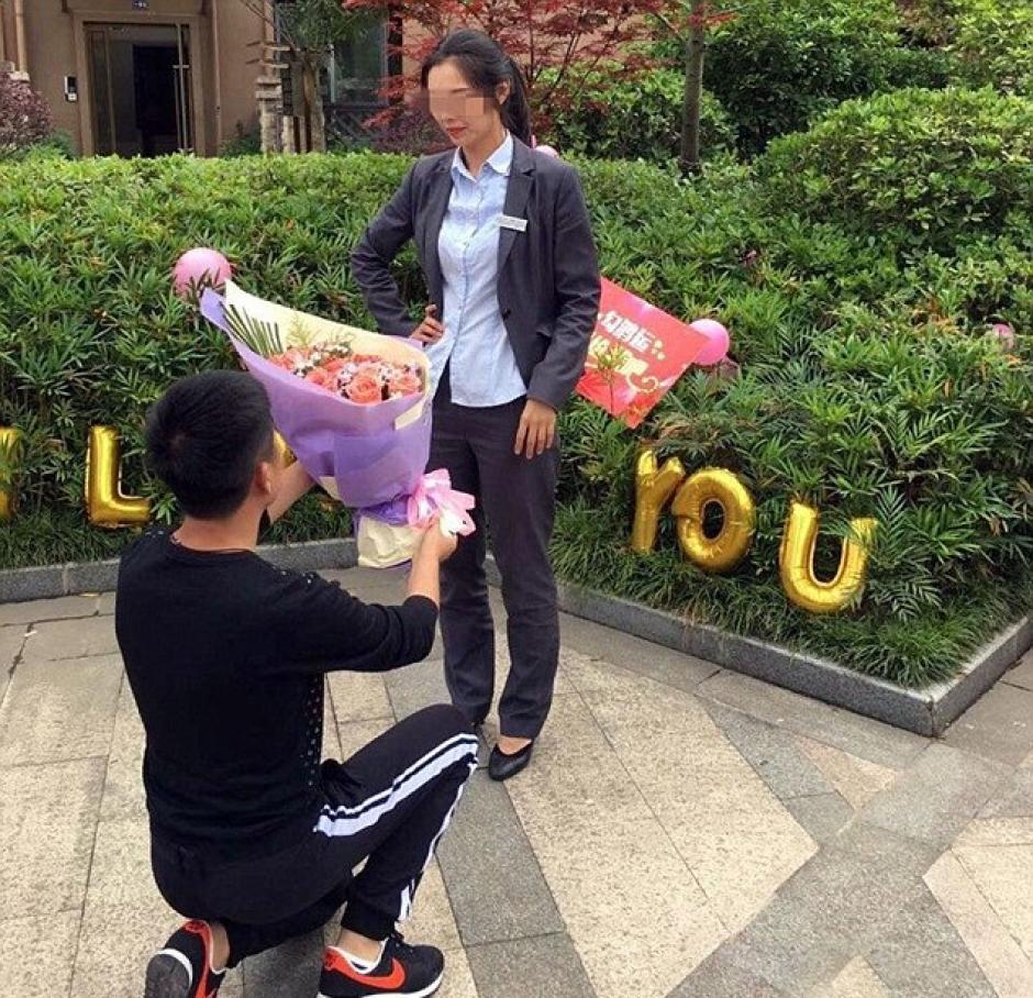 Tras una hora enredado, el hombre se arrodilló para pedirle matrimonio a su novia. (Foto: excelsior.com.mx)