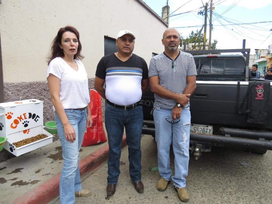 La iniciativa nació de Rosario Briz, que junto a su esposo, Federico salieron a brindarles un bocado de esperanza a los perritos en San Tomás. (Foto: Noticiero El Gráfico de Sacatepéquez)