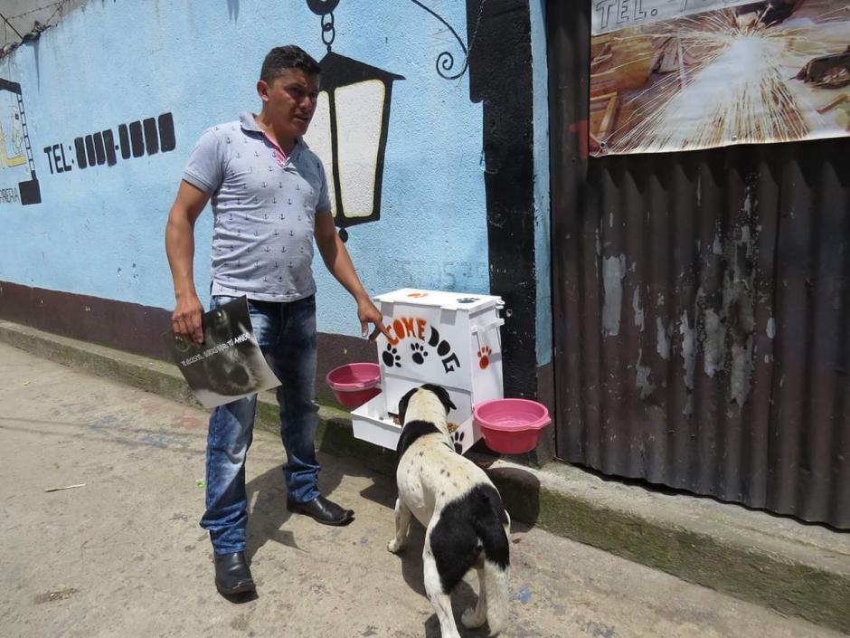 Varios vecinos colaboran permitiendo que el dispensador sea colocado a las afueras de sus hogares. (Foto: Noticiero El Gráfico de Sacatepéquez)
