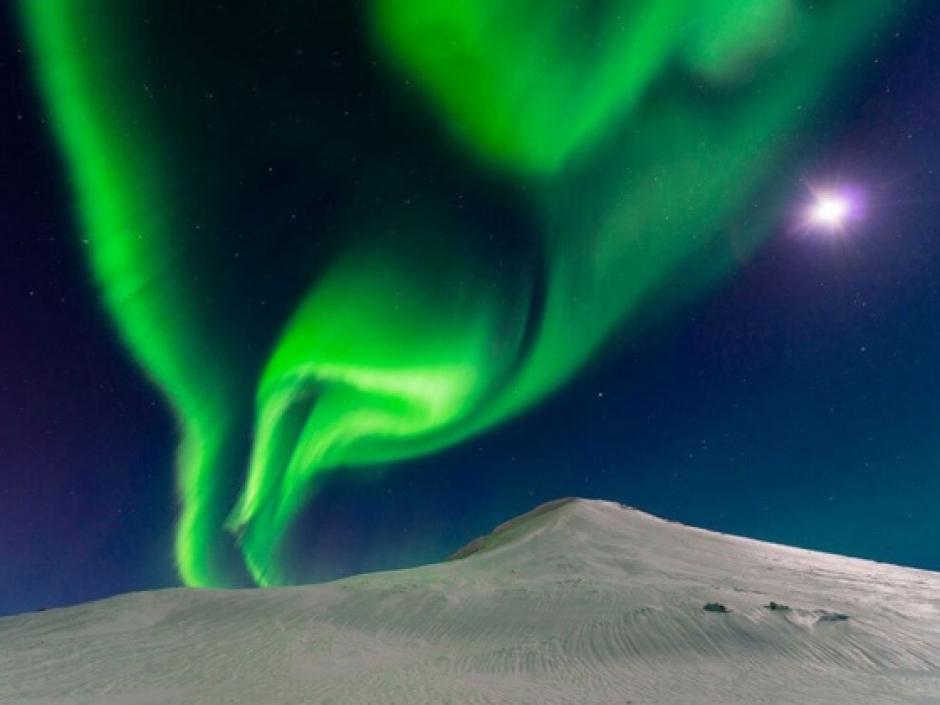 Bailando con la luna, es el nombre de la fotografía de la aurora boreal captada en Islandia. (Foto Andrew George/National Geographic)