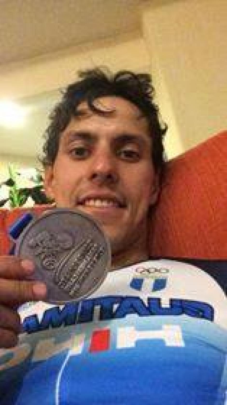 El pedalista nacional mostró con orgullo su medalla de plata. (Foto: COG)