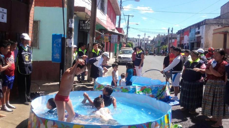 Desde las 10 horas fueron instaladas varias piscinas en diferentes puntos de Mixco. (Foto: Facebook/Neto Bran)