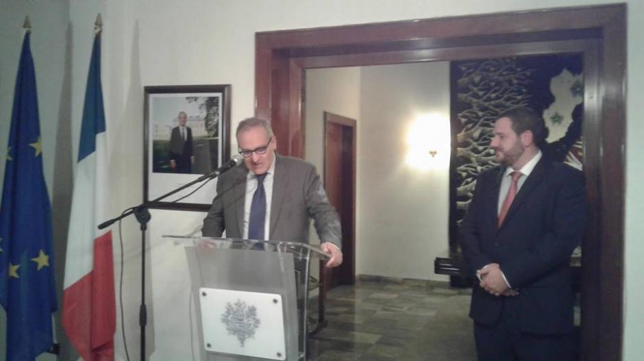 El embajador de Francia, Jean-Hugues SIMON-MICHEL entregó este honor al guatemalteco. (Foto: Embajada de Francia en Guatemala)