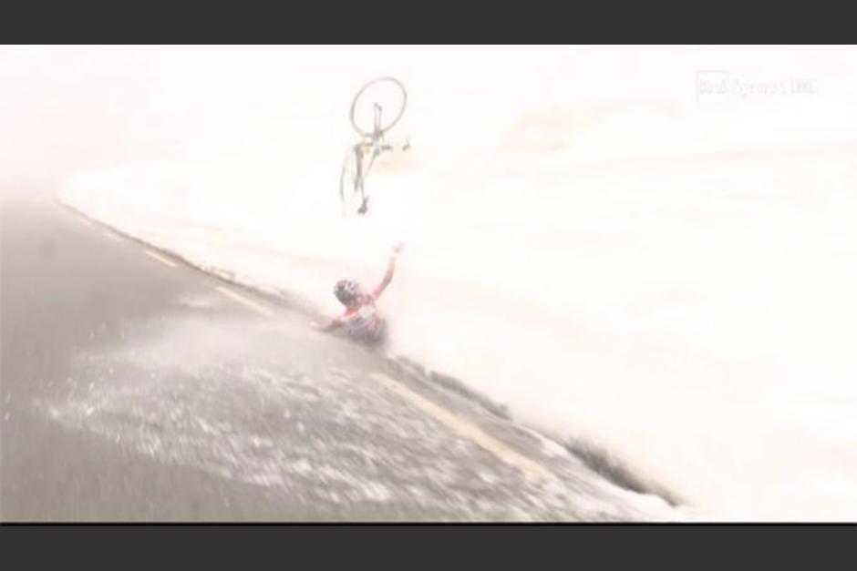 El momento de la caída de Kruijswijk, quien chocó contra un muro de nieve. (Foto: Captura de youtube)