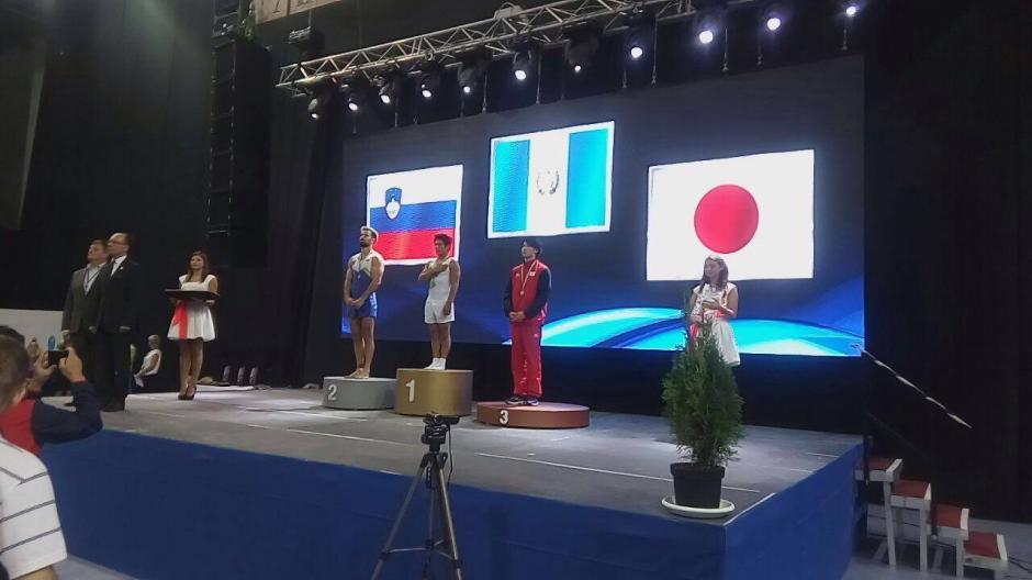 Acá el momento histórico cuando Vega recibió la medalla de oro tras la prueba de salto. (Foto: COG)