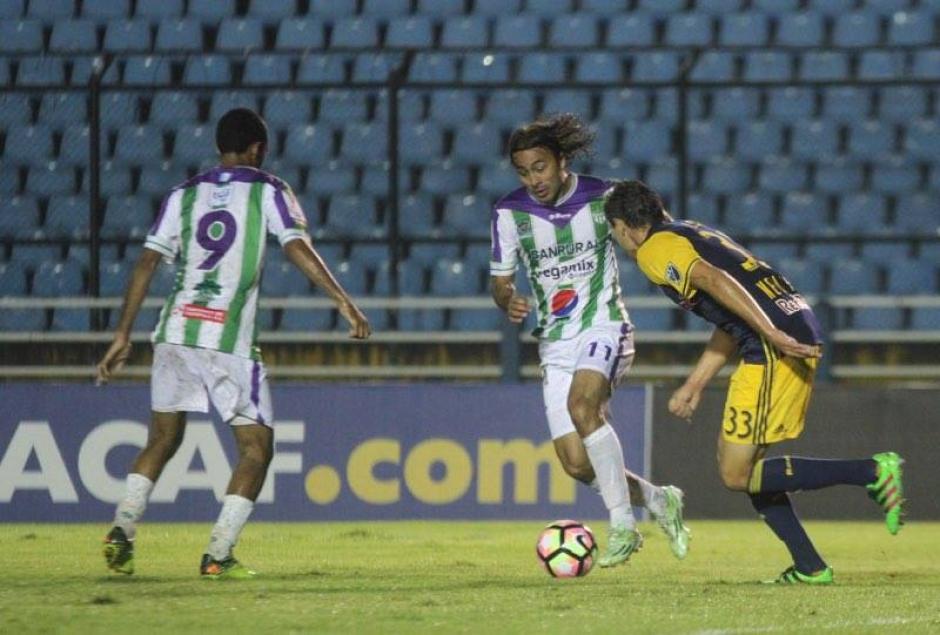 Agustín Herrera intentó pero no pudo frente a la defensa rival.  (Foto: Luis Barrios/Soy502)