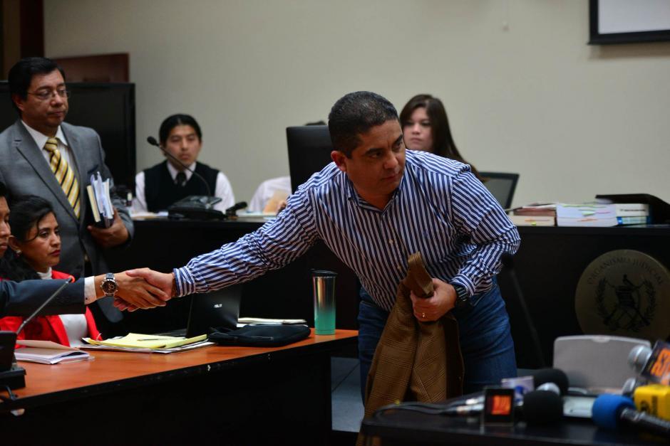 Ya en la sala, Monzón se despojó de su chaqueta para iniciar su declaración. (Foto: Wilder López/Soy502)