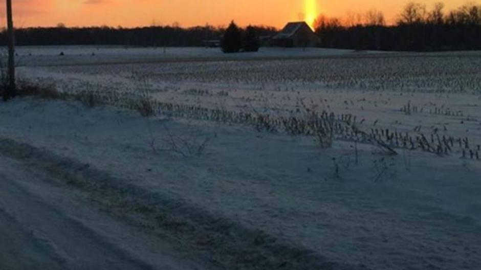 Una cruz se formó en el cielo durante un atardecer en Michigan, Estados Unidos