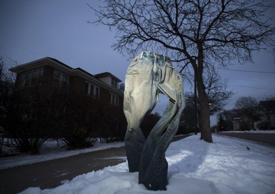 Tom Grotting un residente en Minesota fue el primero en colocar pantalones congelados en los jardines. (Foto: Startribune)