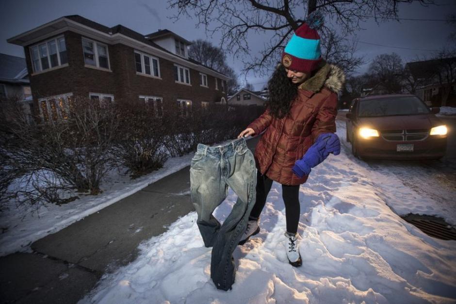 Mientras el agua se congela las personas aprovechan para dar formas curiosas a los pantalones. (Foto:Startribune)