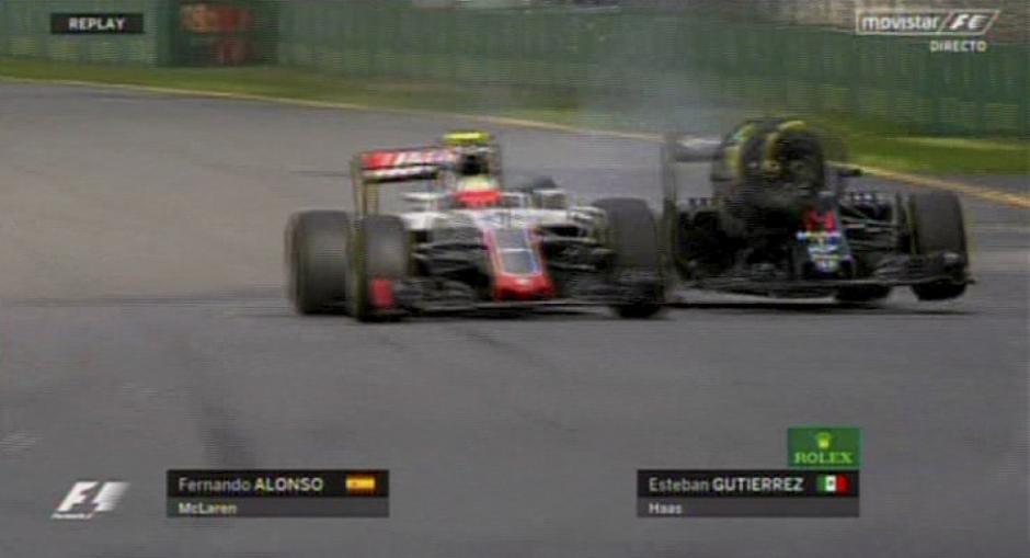 El choque le rompió al piloto español su neumático delantero derecho. (Foto: Youtube)