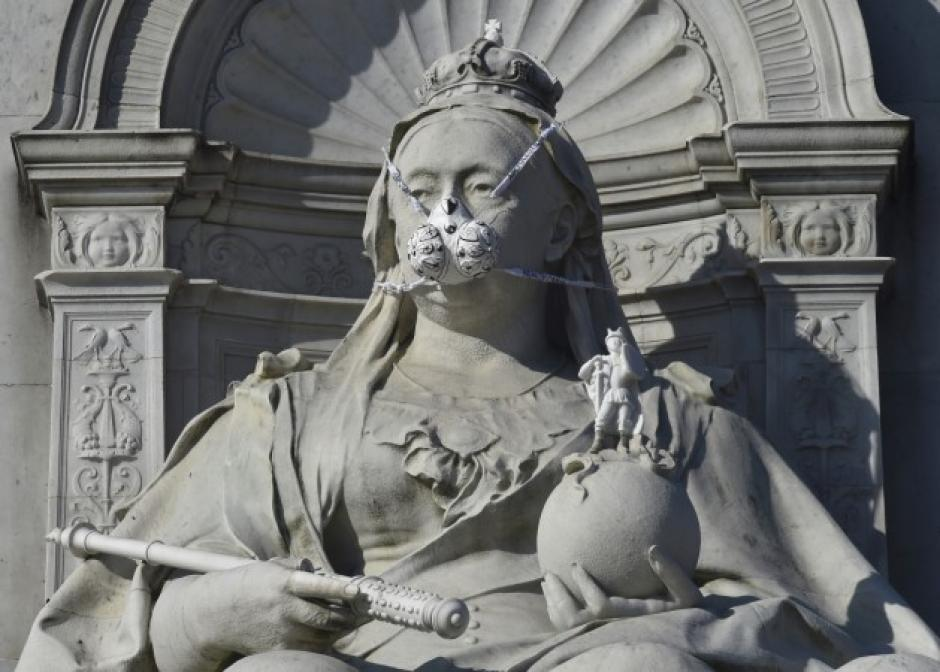 También se colocó una máscara en la estatua de la Reina Victoria. (Foto: Leon Neal/AFP)