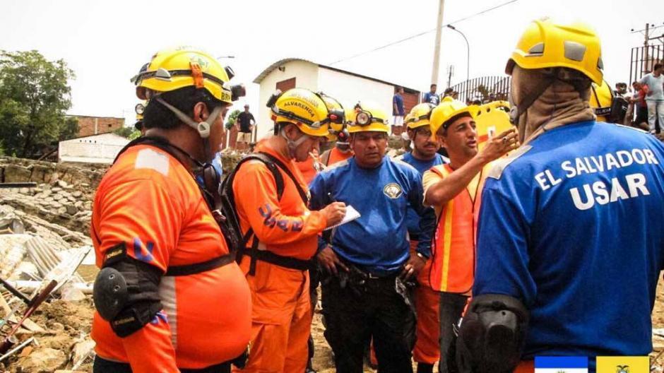 Socorristas del equipo Búsqueda y Rescate Urbano de El Salvador se prepara para salir hacia Ecuador (EFE/OSCAR RIVERA)