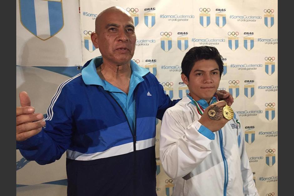 El entrenador Sergio Tejada y Jorge Vega posaron para las fotos. (Foto: Pedro Pablo Mijangos/Soy502)