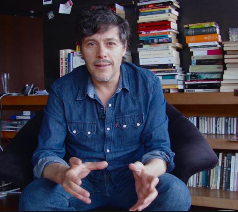 Nicolás Mora es un cantante. (Foto: T13)