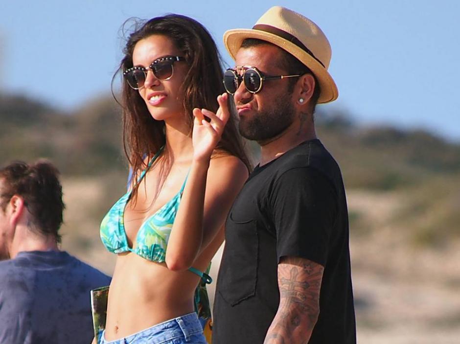 Dani Alves y su novia Joana. (Foto: noticianormal.blogspot.com)