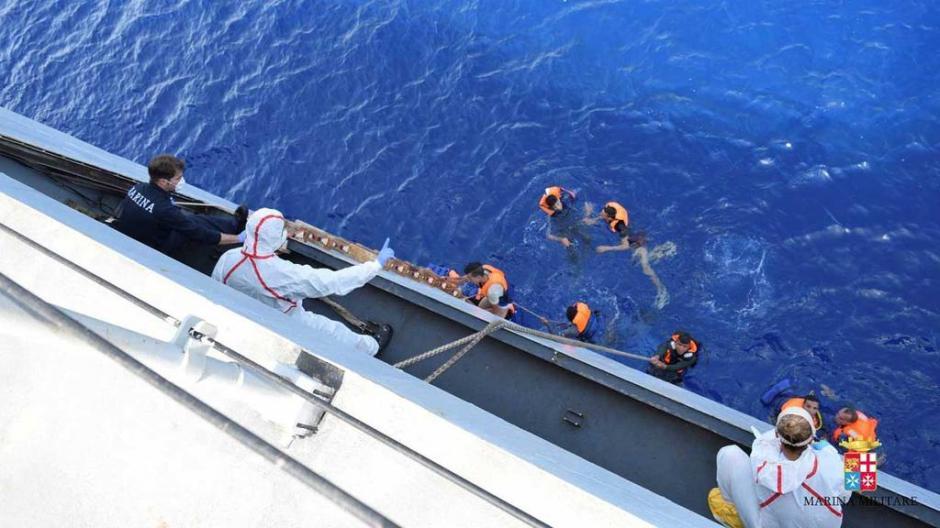 Al menos 500 personas han sido rescatadas. (Foto: Marina italiana)