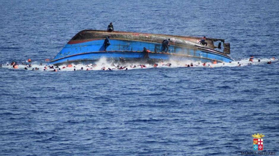 El barco no soportó el peso de los refugiados. (Foto: Marina italiana)