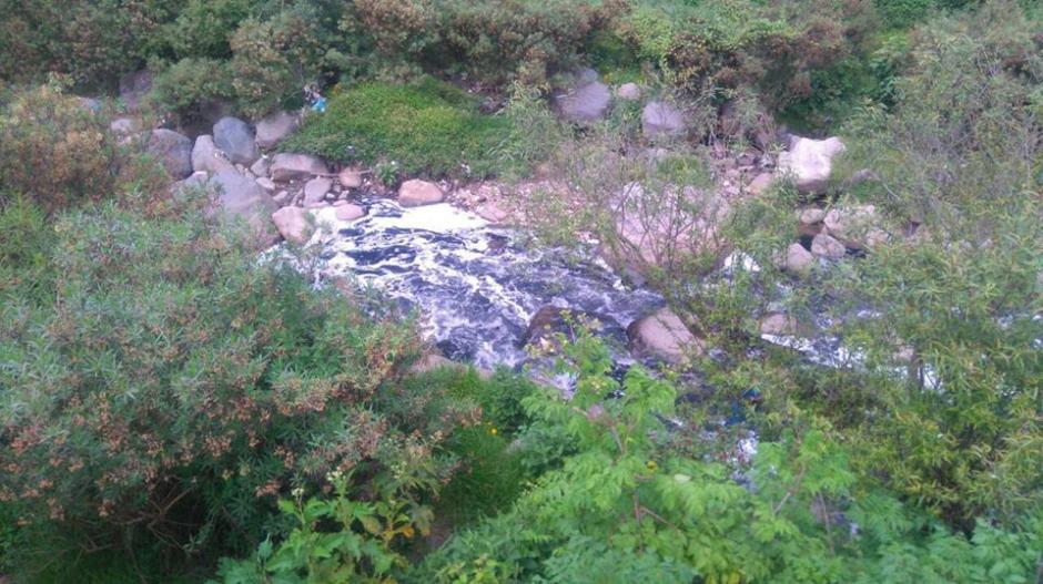 Las aguas del río Samalá se tornaron rojizas. (Foto: Stereo 100)