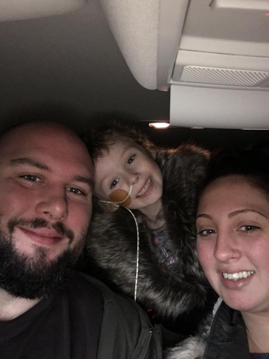 Jessica junto a sus padres. (Foto: Facebook)