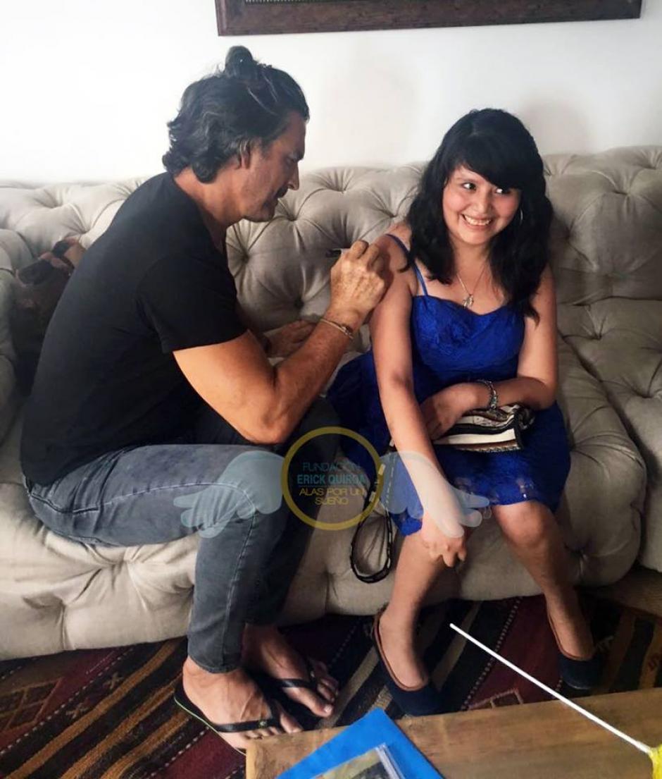 Ileana le pidió a Ricardo un autógrafo en el brazo. (Foto: Fundación Erick Quiroa, Alas por un sueño)