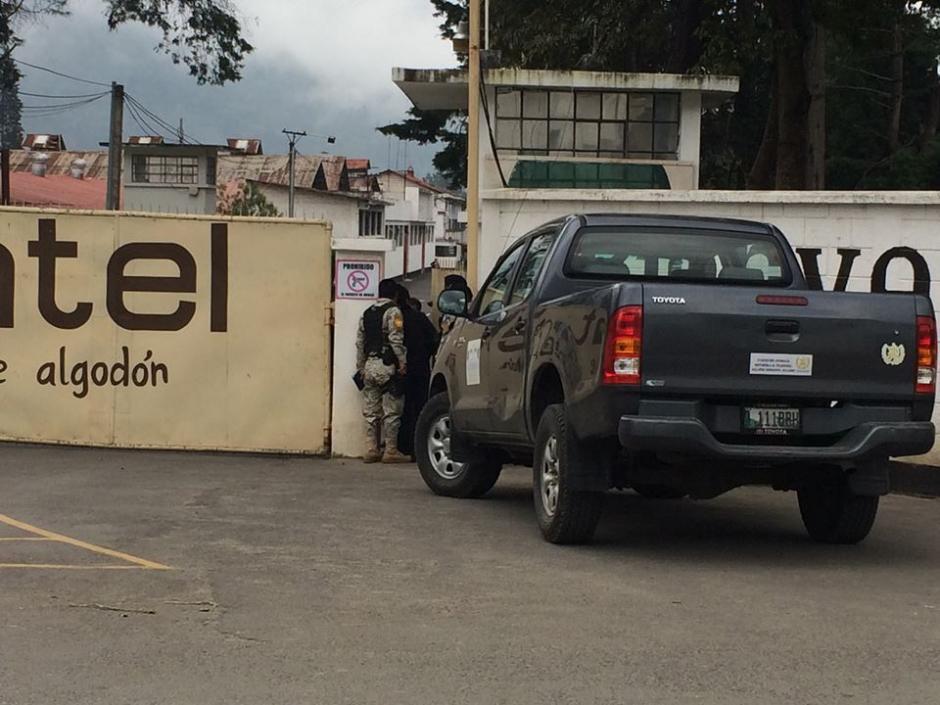 Las autoridades realizan una inspección en la fábrica Cantel. (Foto: Stereo 100)