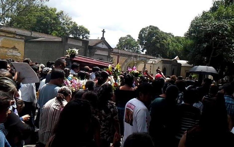 Decenas de personas asistieron el lunes al Cementerio General para despedir al popular locutor. (Foto: Radio Éxitos)