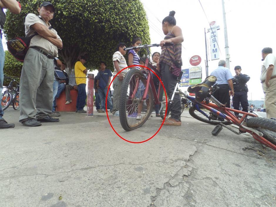 La bicicleta de dos niñas quedó dañada luego que un conductor las arrollara. (Foto: San Miguel Petapa.com)