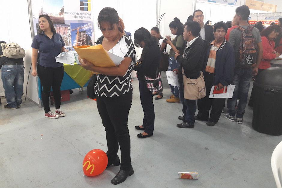 Personas de todas las edades fueron a la Feria del Empleo. (Foto: Javier Lainfiesta/Soy502)