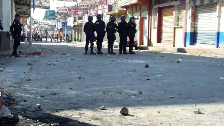 Agentes antimotines se enfrentan a mototaxistas en las calles de Malacatán. (Foto: Noticias del valle)