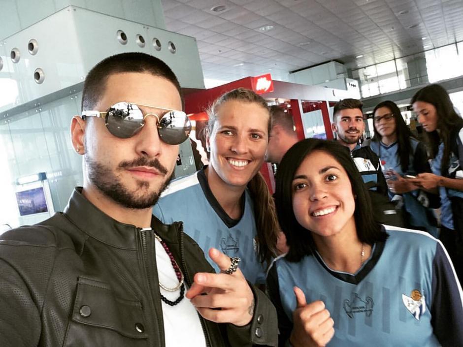 La futbolista guatemalteca se encontró al cantante Maluma. (Foto: Facebook)