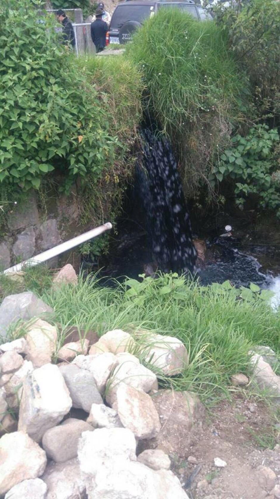 Esta es la sustancia oscura que contamina el río Samalá. (Foto: Stereo 100)